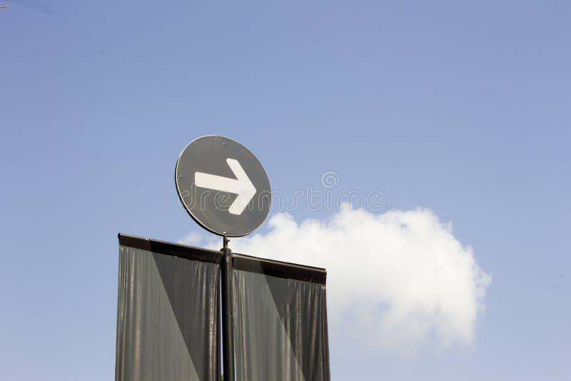 De beeldstijl is een Witte Pijl onderaan pictogramsymbool binnen een cirkel op blauwe hemelachtergrond royalty-vrije stock afbeeldingen