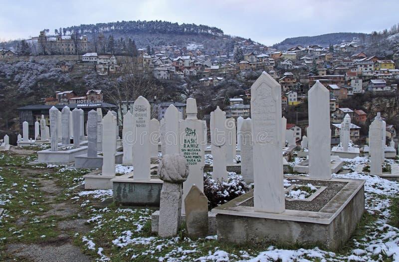 De begraafplaats op de heuvel voor mensen stierf in Bosnische Oorlog in Sarajevo, Bosnië-Herzegovina royalty-vrije stock foto