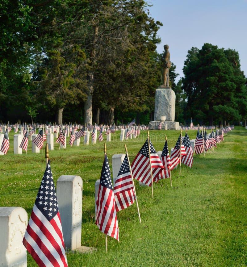 De begraafplaats van de onafhankelijkheidsdag met vlaggen royalty-vrije stock foto's