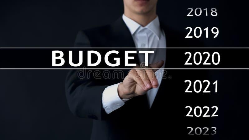 de begroting van 2020, zakenman selecteert dossier op het virtuele scherm, jaarlijks financieel verslag stock foto