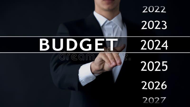 de begroting van 2024, zakenman selecteert dossier op het virtuele scherm, jaarlijks financieel verslag stock afbeeldingen