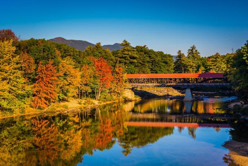 De Behandelde Brug van Saco Rivier in Conway, New Hampshire stock fotografie