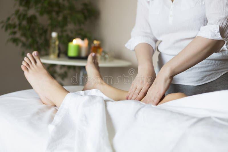 De behandeling van de voetmassage in Aziatische kuuroordsalon royalty-vrije stock fotografie