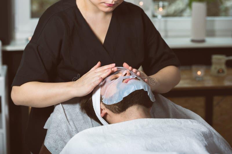 De behandeling van het mensen` s biocellulose masker bij kuuroord stock afbeeldingen