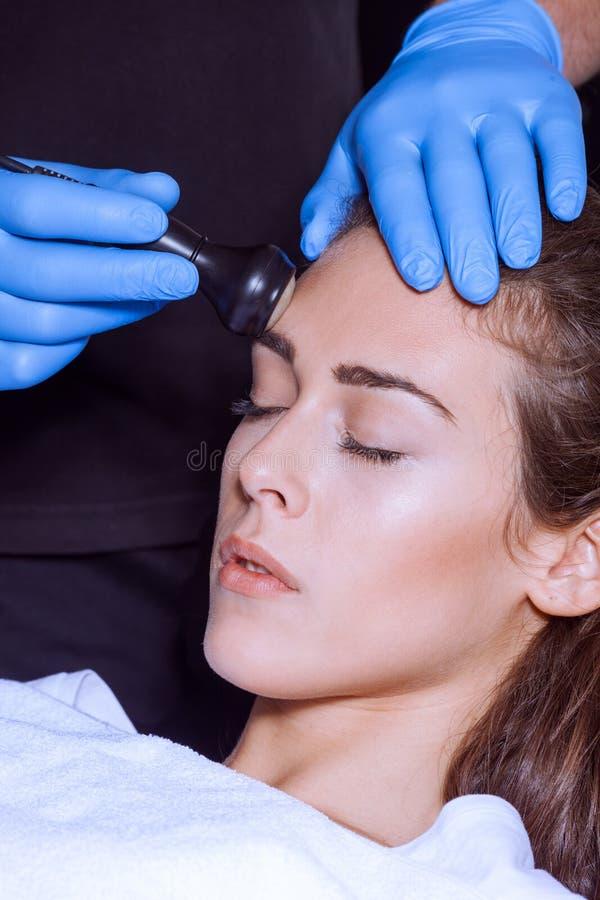 De behandeling van het vrouwengezicht op medisch centrum royalty-vrije stock fotografie
