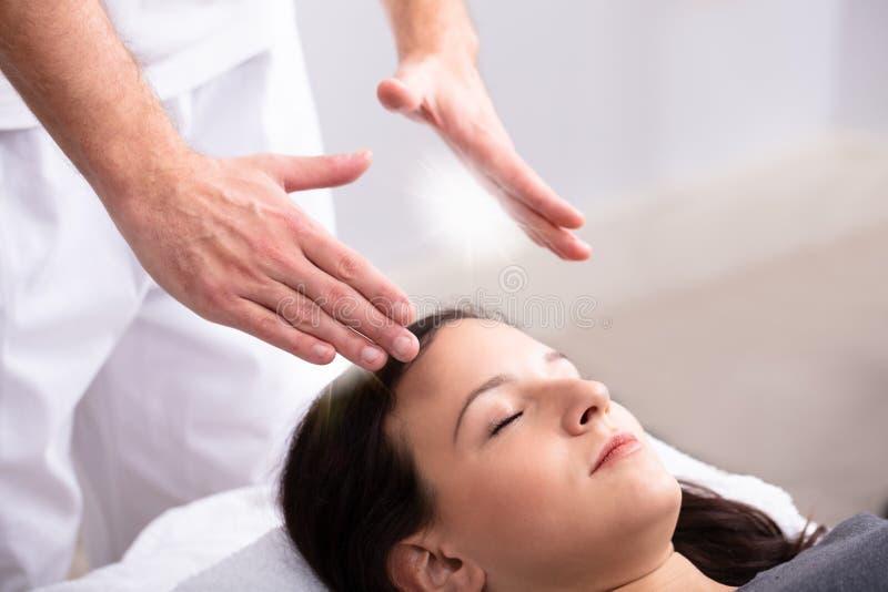 De Behandeling van therapeutgiving reiki healing aan Vrouw stock afbeelding