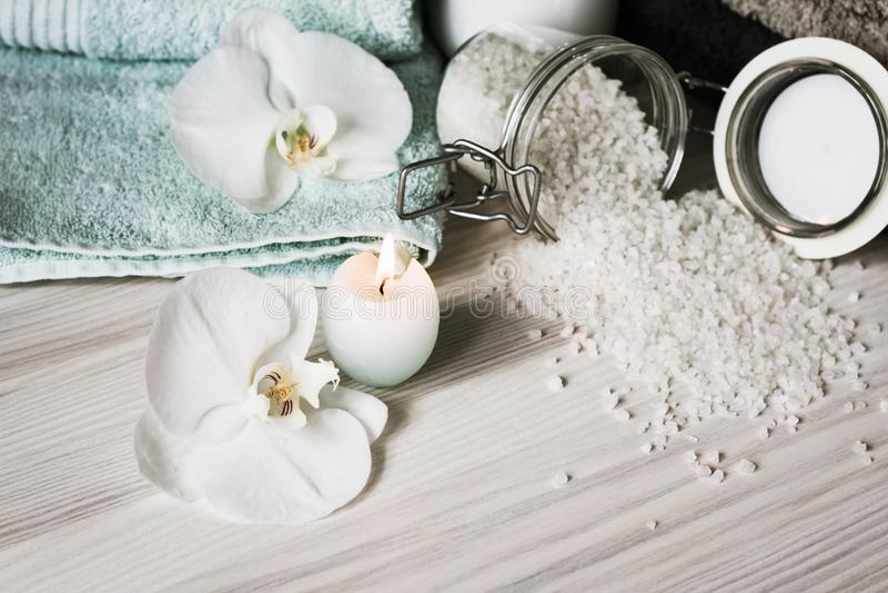 De behandelingen van het kuuroord Handdoeken, overzees zout en een kaars stock foto's