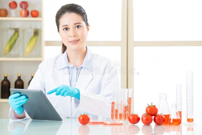 De behoefte van het genetische modificatievoedsel onderzoek voor mens te zijn stock foto
