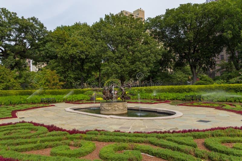 De Behoudende Tuin, elegante passage in het Central Park stock afbeelding