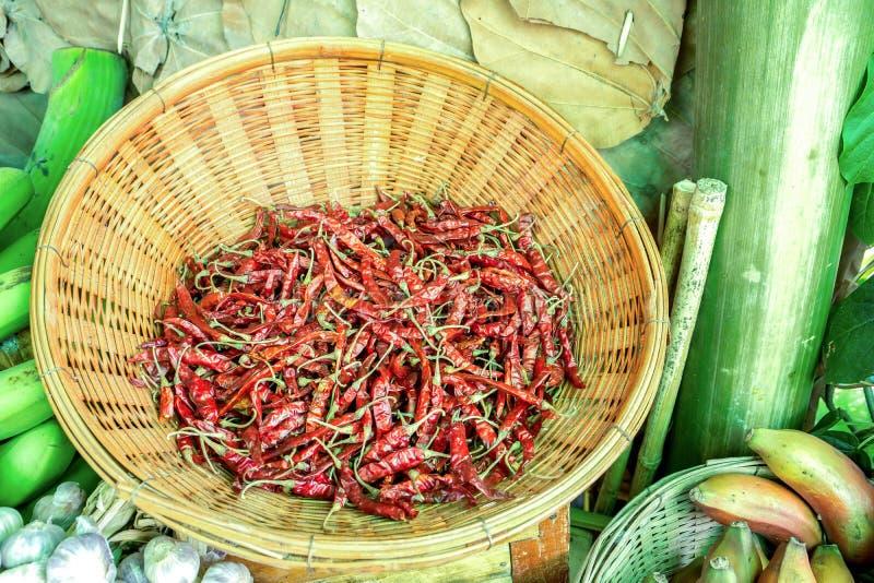 De behouds droge Spaanse peper in een bamboedienblad backgtound stock foto
