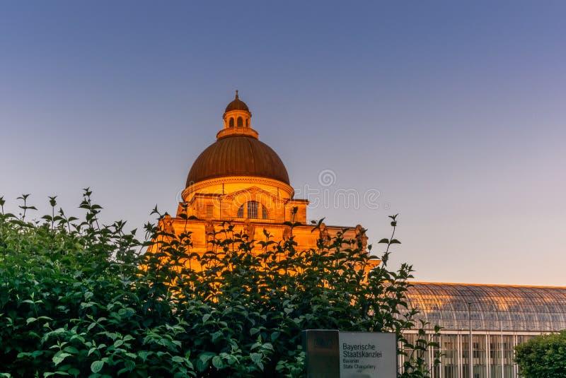 De Beierse Kanselarij van de Staat bij zonsondergang royalty-vrije stock fotografie