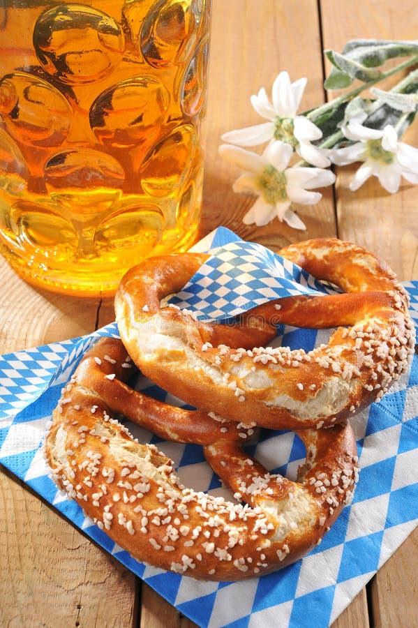 De Beierse zachte pretzel van Oktoberfest met bier royalty-vrije stock foto's