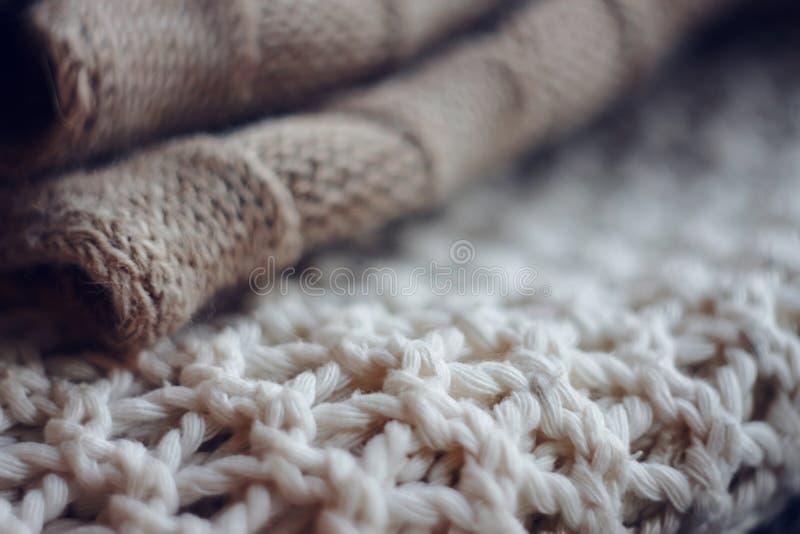 De beige grote wolsweater en de witte verbindingsdraad breien royalty-vrije stock afbeelding