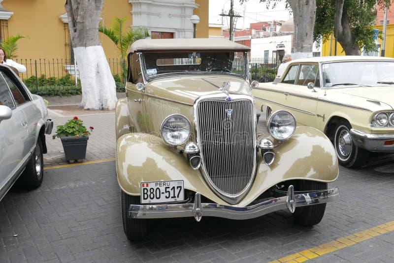 De beige Open tweepersoonsauto van Ford V8 van 1932 in Barranco, Lima stock fotografie