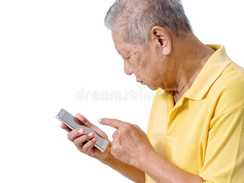 De bejaarde Aziatische mensen gebruiken een smartphone om een toepassing voor de bejaarden te spelen makkelijk te gebruiken smart stock foto