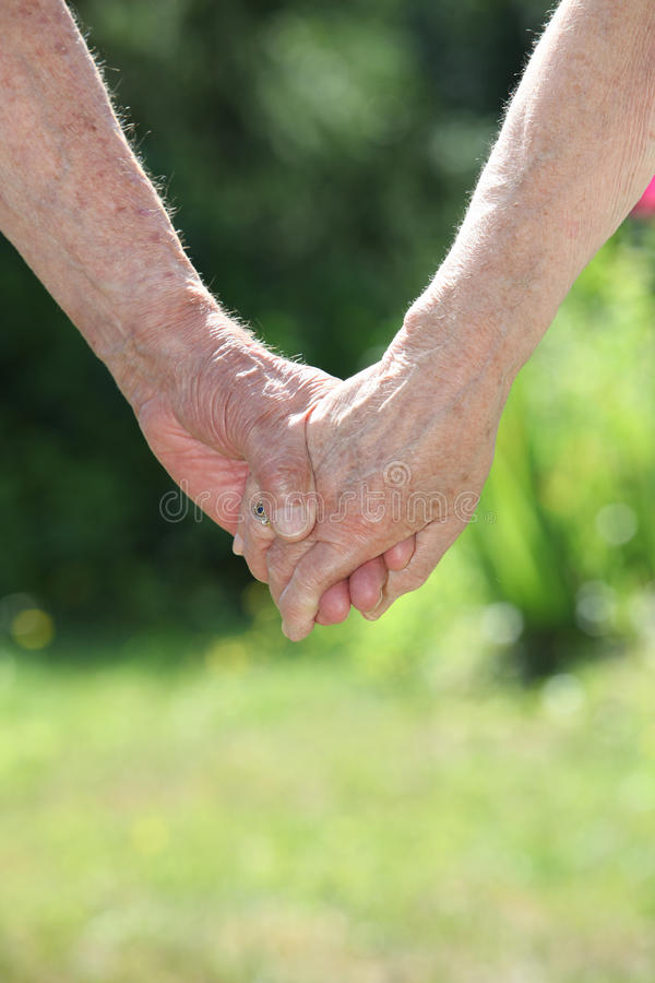 De bejaarde handen van de paarholding stock foto's