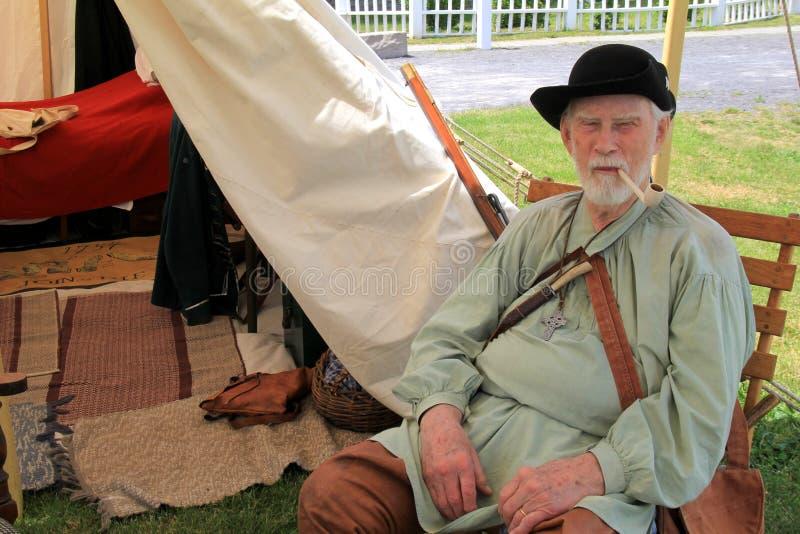 De bejaarde heer kleedde zich in periodekleding tijdens het weer invoeren van Franse en Indische Oorlog, Fort Ontario, 2016 stock afbeeldingen