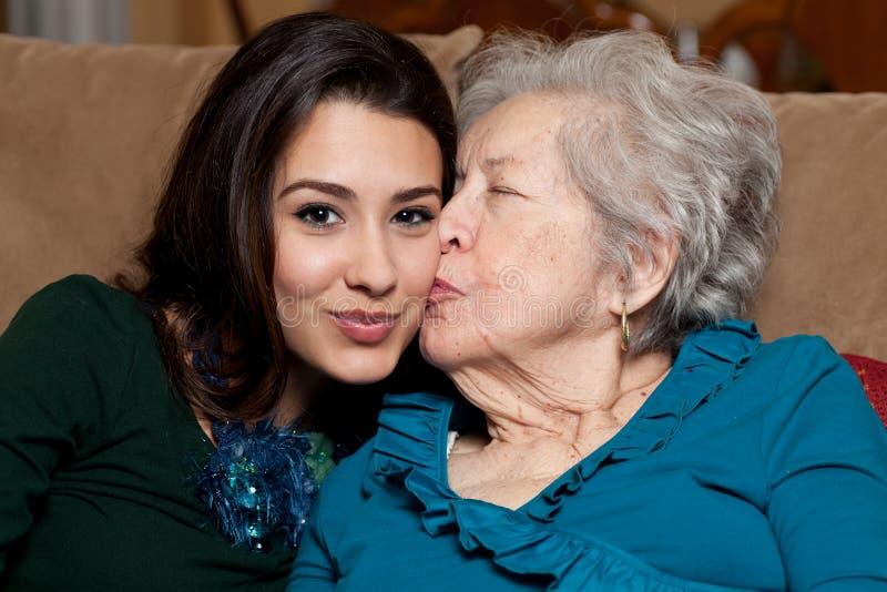 De bejaarde Hogere Kleindochter van de Grootmoeder en van de Tiener stock afbeelding