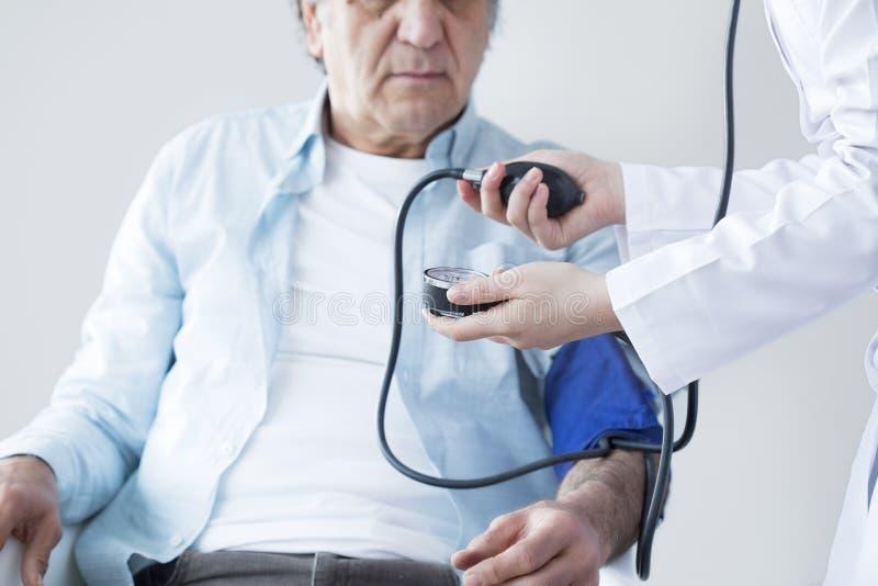 De bejaarde patiënt en de verpleegster meten impuls royalty-vrije stock foto