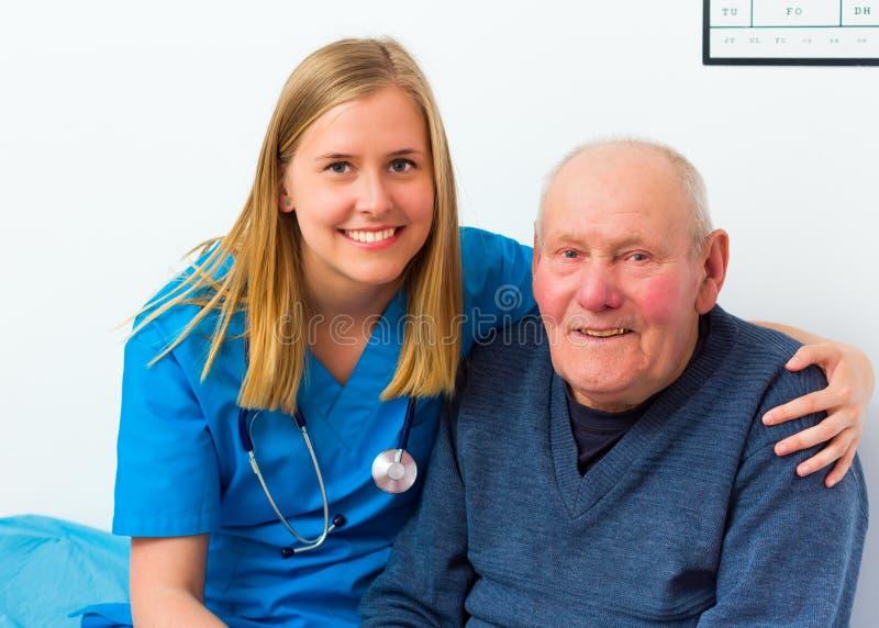 De Bejaarde Patiënt van artsenand his lovely stock fotografie