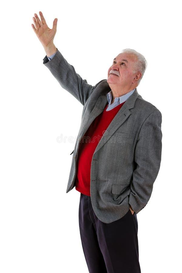 De bejaarde teruggetrokken mens die van hem opheffen dient de lucht in royalty-vrije stock foto