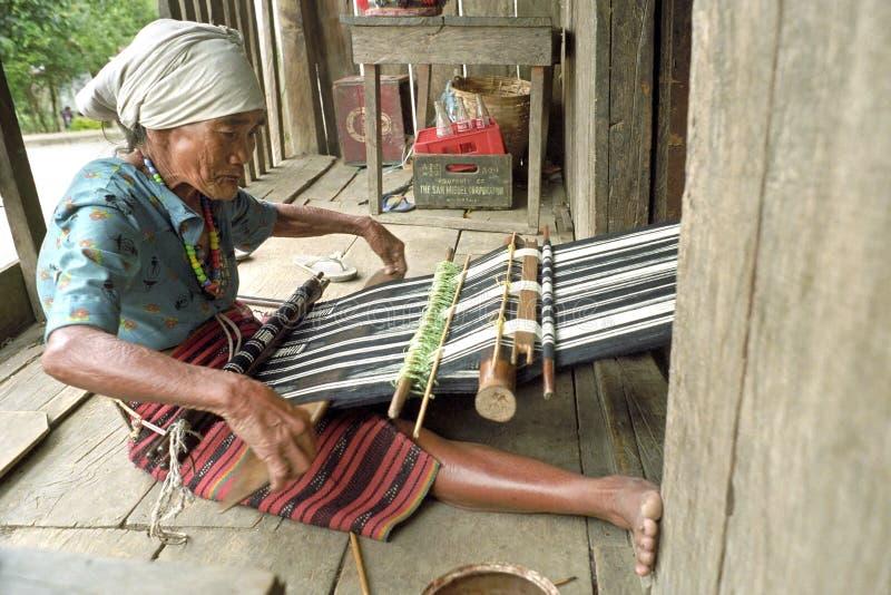 De bejaarde vrouwelijke weverswerken voor toeristische sector stock fotografie
