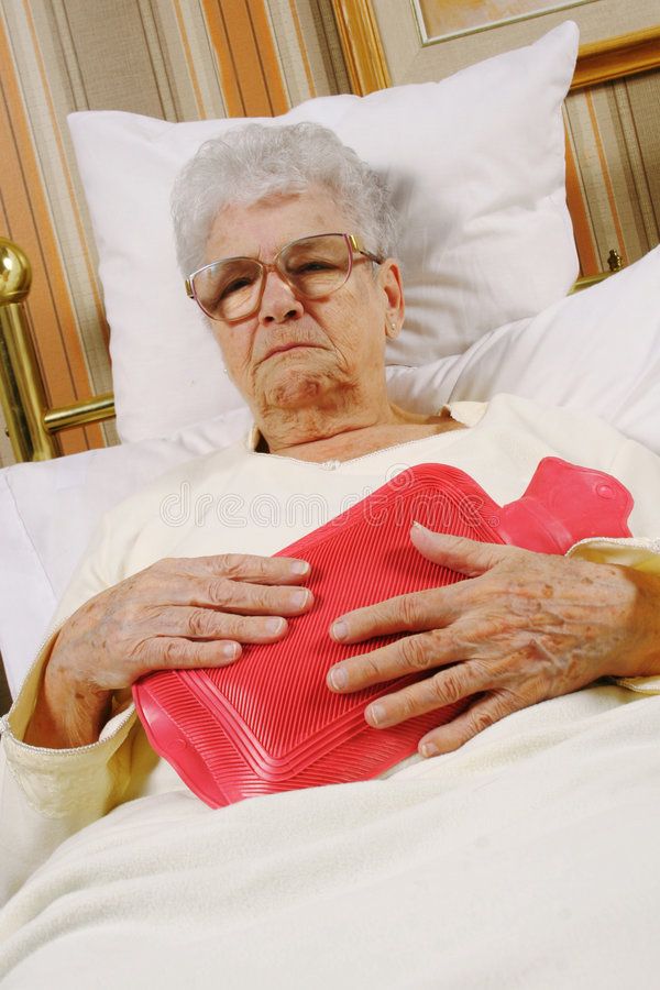 De bejaarde is ziek stock fotografie