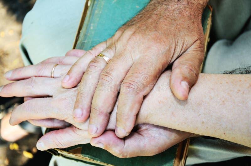 De bejaarden bemannen en van de vrouw handen horizontaal royalty-vrije stock afbeelding