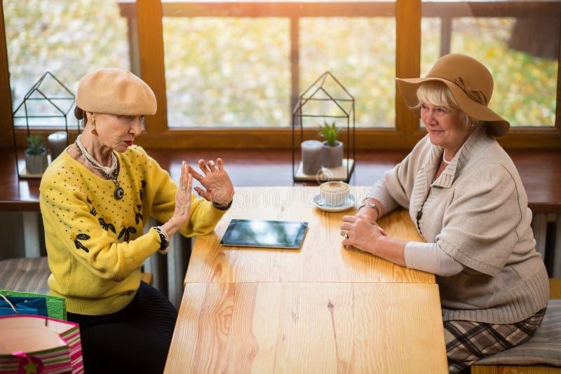 De bejaarden bij koffie dienen in stock afbeeldingen
