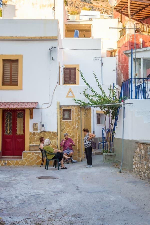 24 de Bejaarden die van augustus - Leros eiland, Griekenland - van de avond in Leros genieten royalty-vrije stock foto