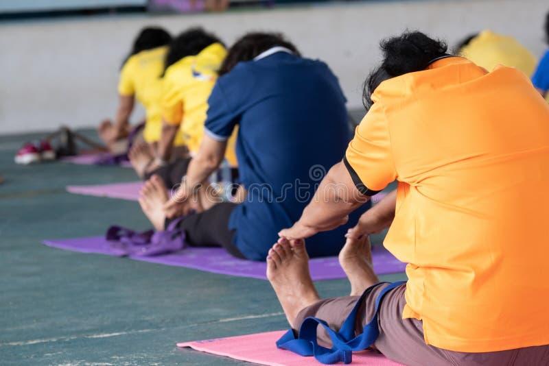 De bejaarden in een yoga oefenen houding uit stock afbeelding