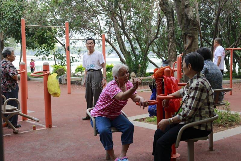 De bejaarden komen in de ochtend samen stock fotografie