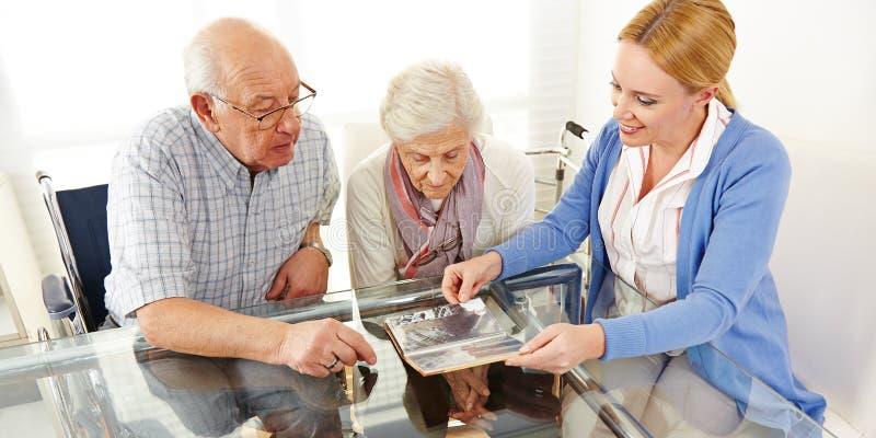 De bejaarden koppelen het letten op stock foto