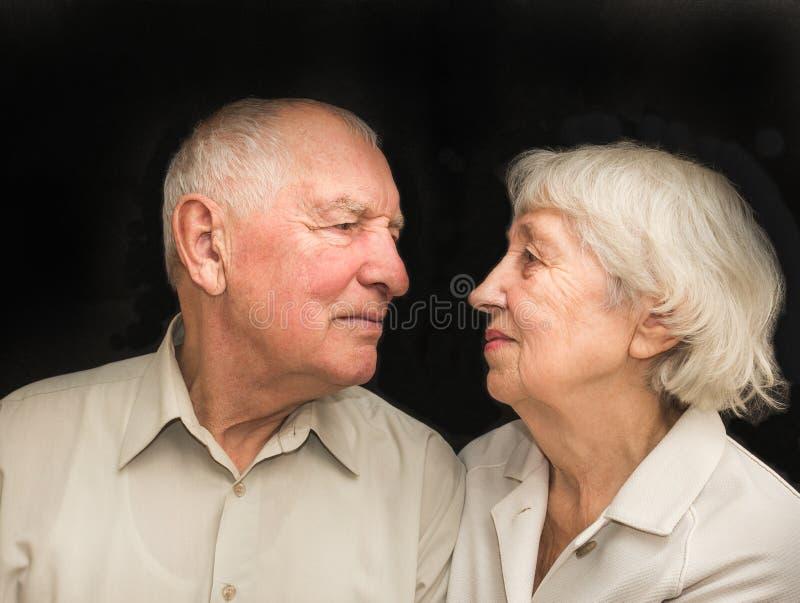 De bejaarden koppelen op een zwarte achtergrond stock afbeeldingen