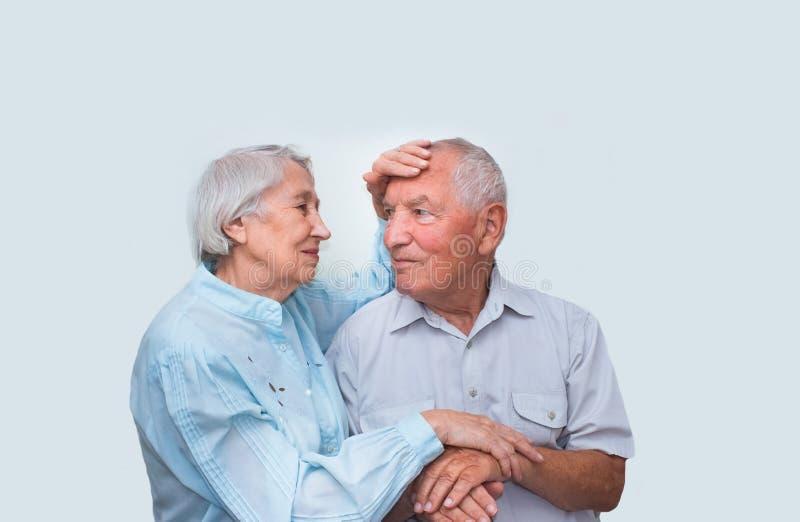 De bejaarden koppelen op studioachtergrond royalty-vrije stock foto
