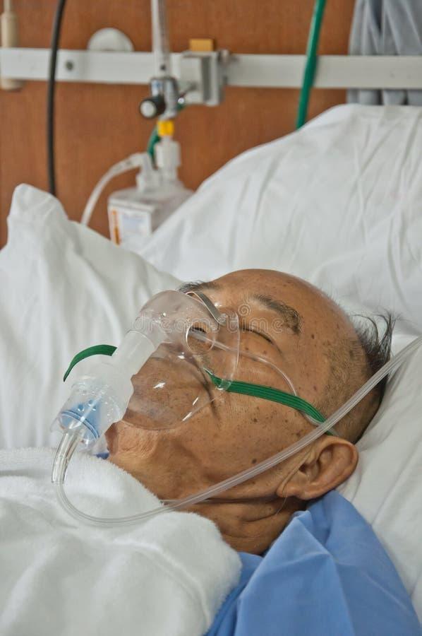 De bejaarden patien in het ziekenhuis stock fotografie