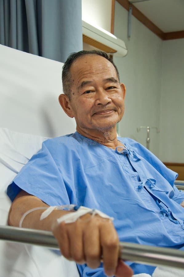 De bejaarden patien in het ziekenhuis royalty-vrije stock afbeelding