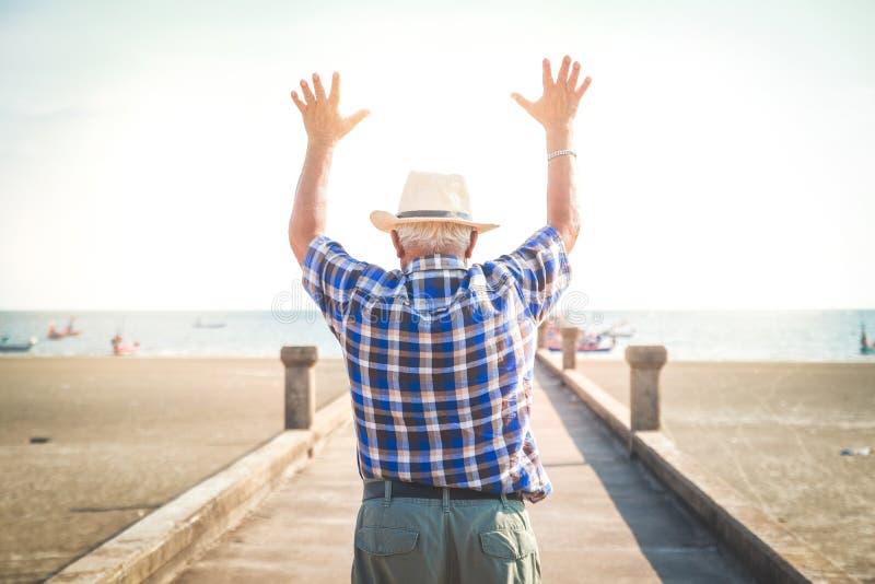De bejaarden reizen naar het strand om te ontspannen royalty-vrije stock foto