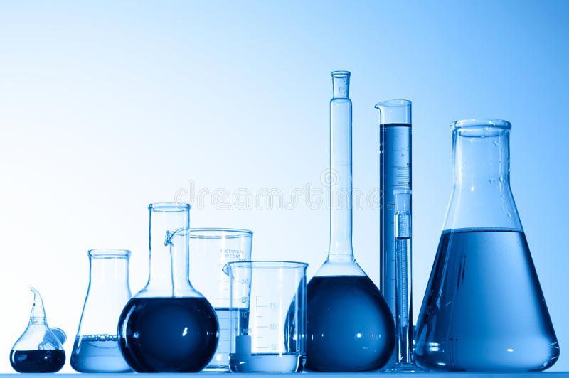 De bekers van het glas met blauwe vloeistof royalty-vrije stock foto's