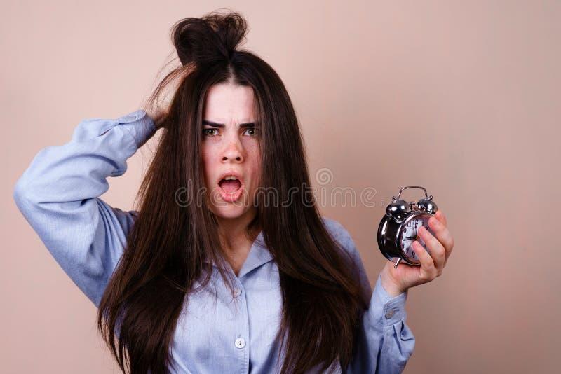 De beklemtoond wekker van de vrouwengreep en hoofd, uiterste termijn stock foto's