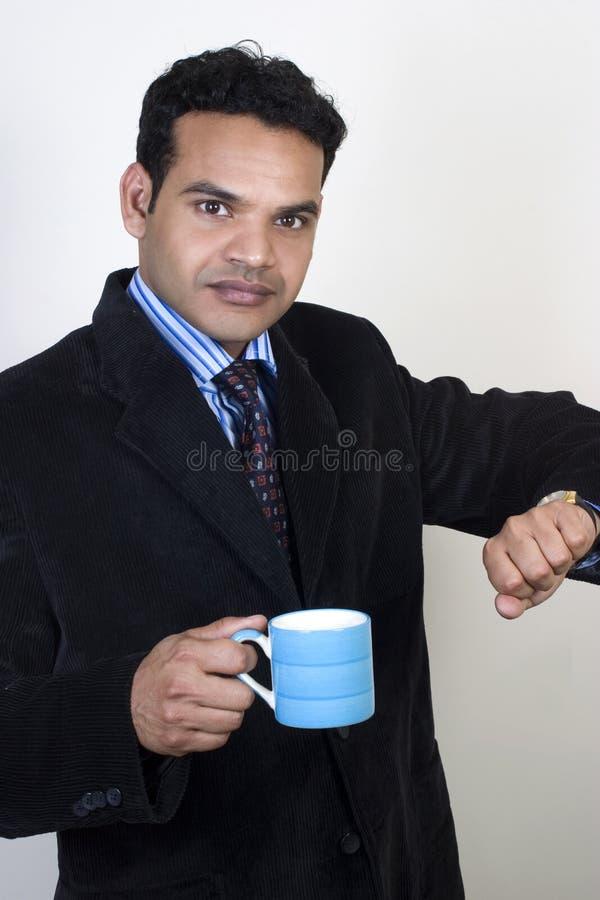De beklemtoonde Indische stafmedewerker neemt een koffiepauze royalty-vrije stock foto