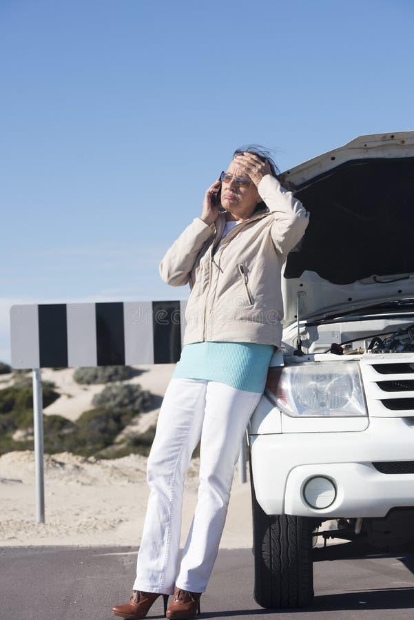 De beklemtoonde opsplitsing van de vrouwenauto royalty-vrije stock fotografie