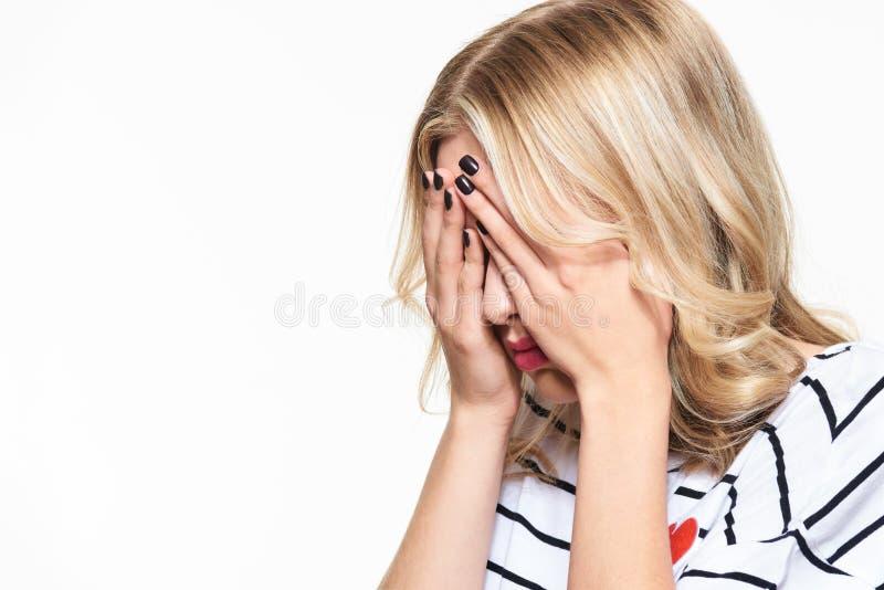 De beklemtoonde Uitgeputte Jonge Vrouwelijke Hoofdpijn van Studentenhaving strong tension Het voelen van druk en spanning Gedepri stock afbeelding