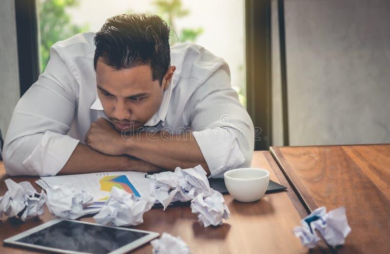 De beklemtoonde zakenlieden hebben problemen met mislukking in wat aan expec royalty-vrije stock foto
