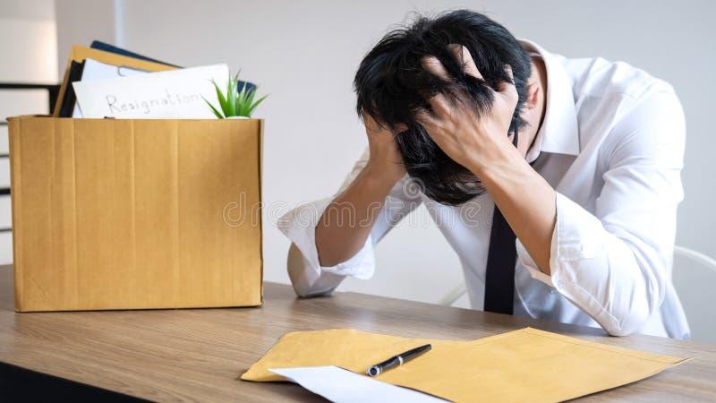 De beklemtoonde zakenman zal zijnd berusting en inpakkend belongin stock foto's