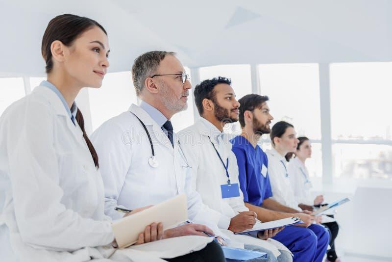De bekwame artsen zijn geinteresseerd in nieuwe medische ontdekking royalty-vrije stock afbeeldingen