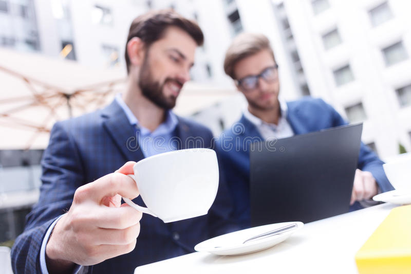 De bekwame mannelijke collega's bespreken een bedrijfsproject stock afbeeldingen