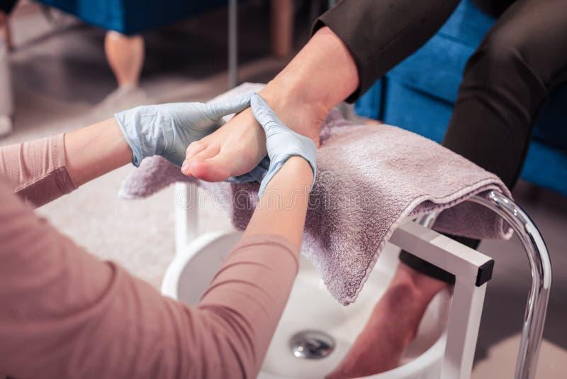 De bekwame vrouw die van Nice een voetmassage doen royalty-vrije stock foto
