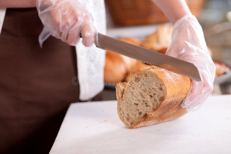 De bekwame vrouwelijke bakker dient haar klanten royalty-vrije stock foto's