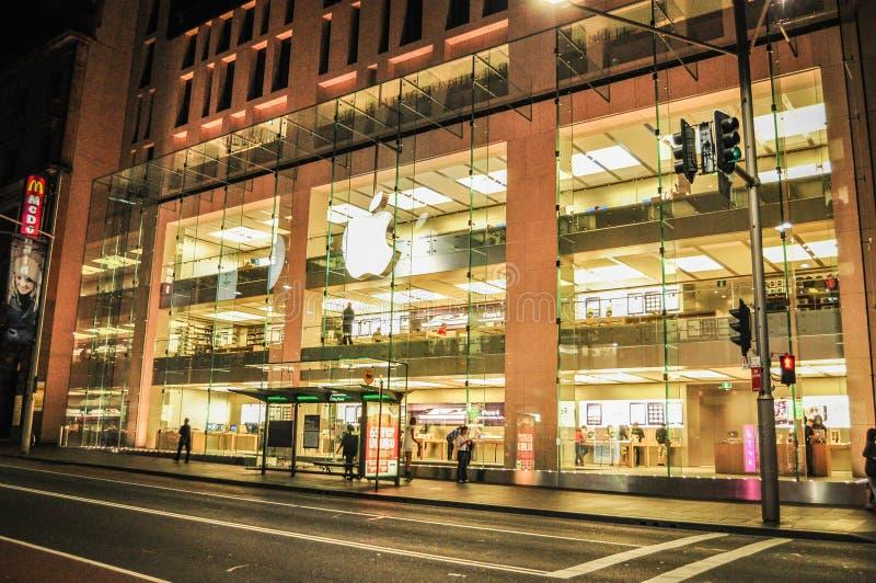De belangrijkste Apple-opslag in Sydney bij nacht stock afbeeldingen
